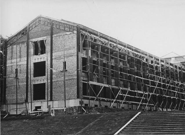 Na tientallen jaren van verwaarlozing werd er een grondige renovatie in de jaren 50 en 60 gedaan. De stalen en glazen structuur verdween en ruimde plaats voor bakstenen en beton.