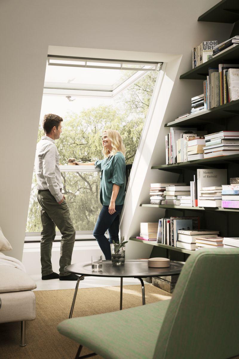 Het nieuwe venstersysteem CABRIO biedt een instant-balkon onder het dak waardoor de bewoners maximaal genieten van het natuurlijke licht.