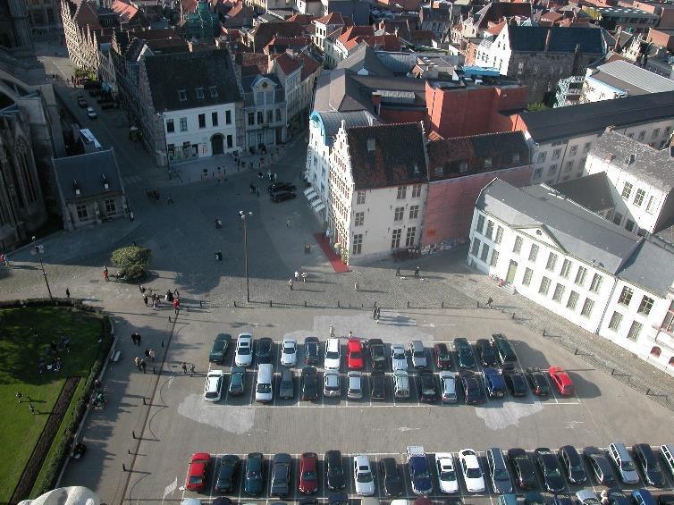 Gent Gouden Leeuwplein en Poeljesmarkt voor de bouw van de Stadshalle. Deze stenen vlakte met auto's, de schande van Gent.