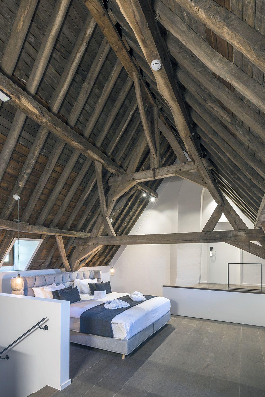 Een van de luxueuze slaapkamers in de oude rentmeesterij. (Foto: Marc Sourbron)