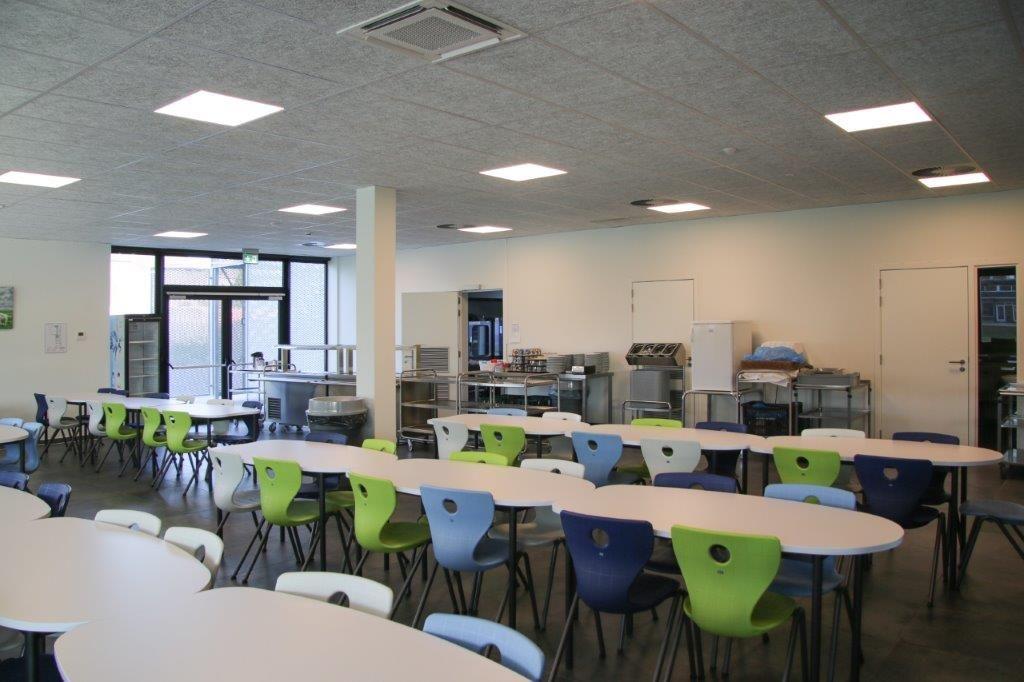 Enkele gelijkvloerse ruimtes, zoals de omvangrijke refter, zijn ingericht voor dubbel gebruik. (Beeld: Archiles architecten)