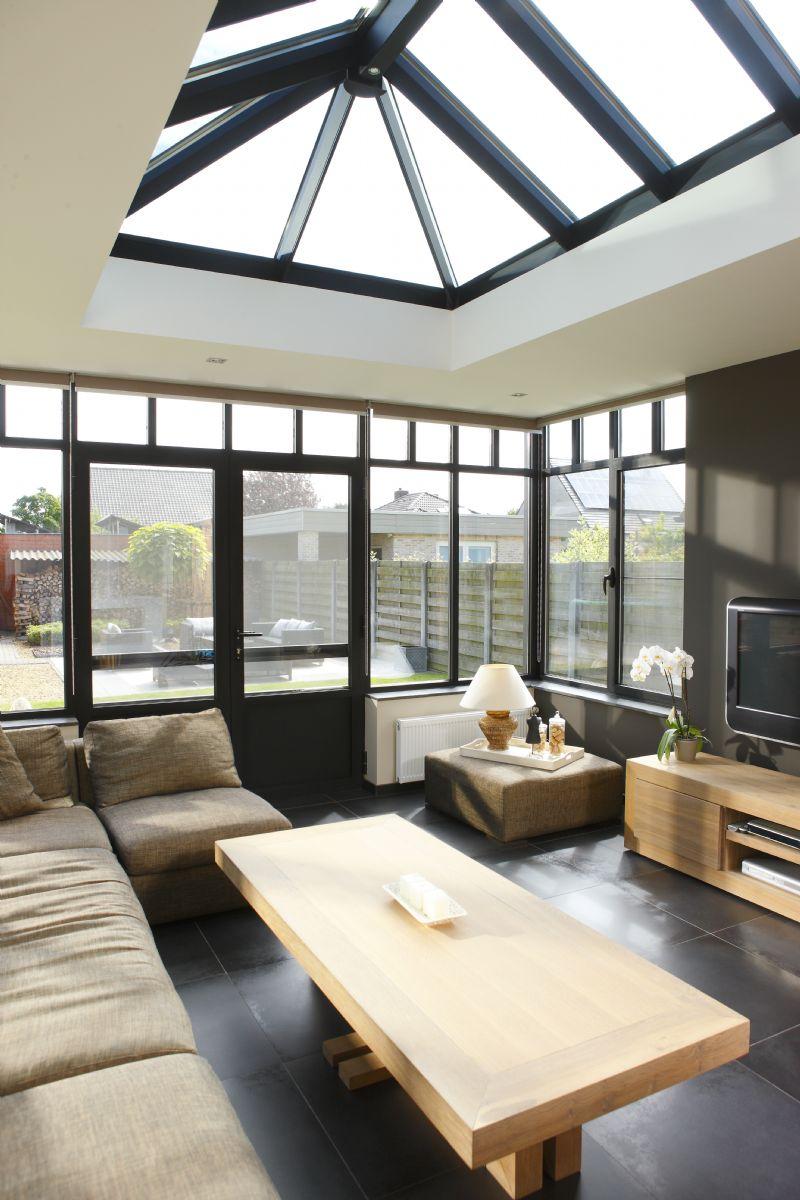 De vorm van raam en deur wordt herleid tot zijn essentie.