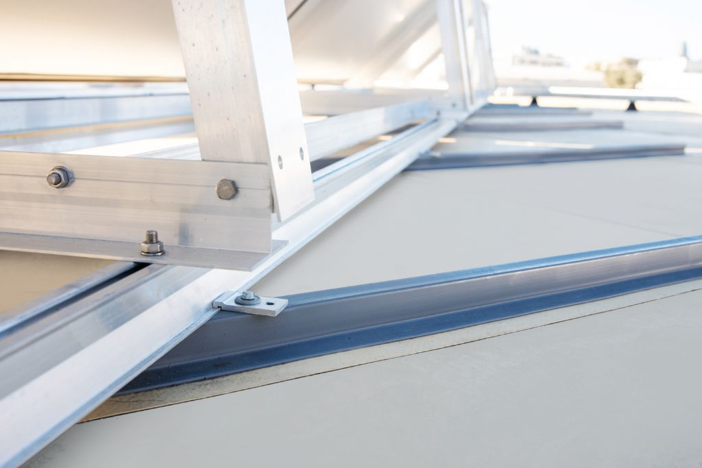 Un système ultra-léger pour fixer les panneaux solaires sur une membrane d'étanchéité