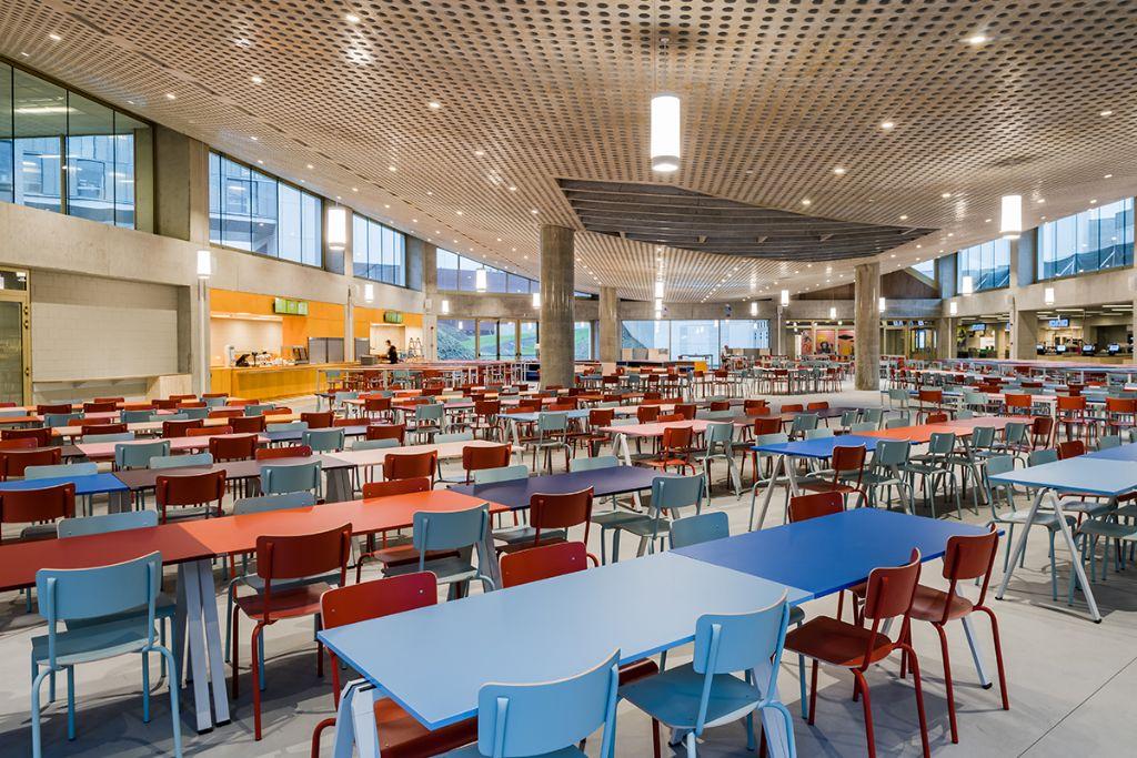 Het akoestisch plafond van het nieuwe studentenrestaurant is een bouwkundig huzarenstukje. (Beeld: KU Leuven - Geert Vanden Wijngaert)