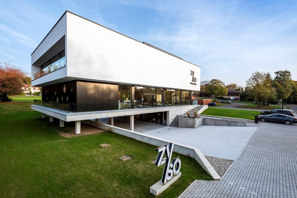 DIA architecten gaat voor tijdloos modernisme met meubelwinkel/penthouse in Sint-Genesius-Rode