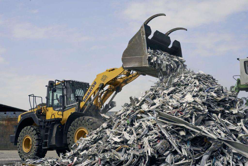 Remise en état des déchets post-consommation déchiquetés, triés et décapés.