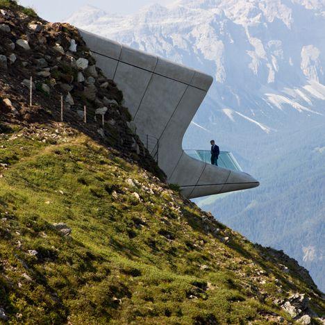 Je vindt er onder andere ondergrondse galerijen en een zwevend glazen platform dat een duizelingwekkend uitzicht biedt over de vallei.