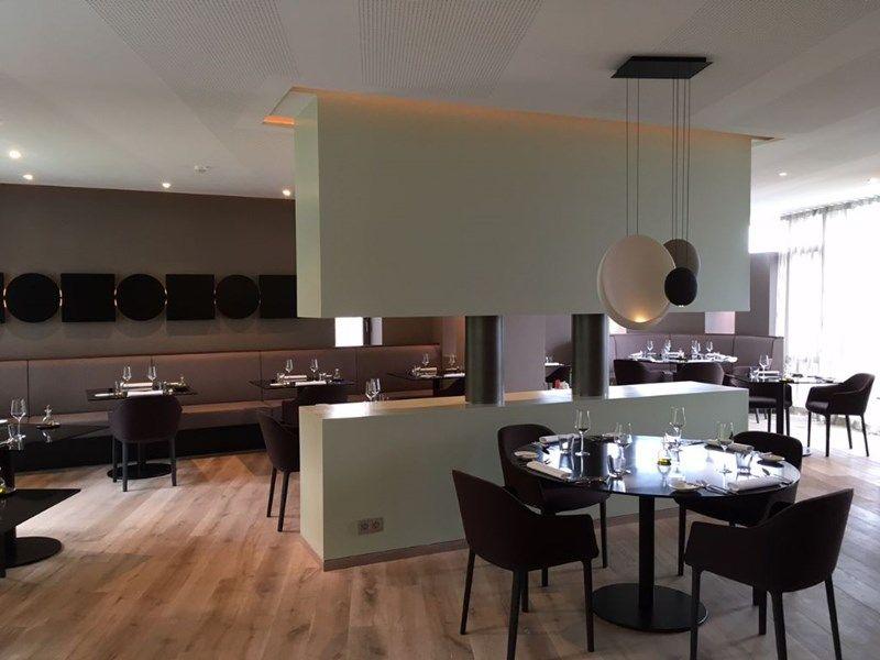 Het restaurant is opgedeeld in drie delen. Elke ruimte in het restaurant biedt een ander uitzicht.