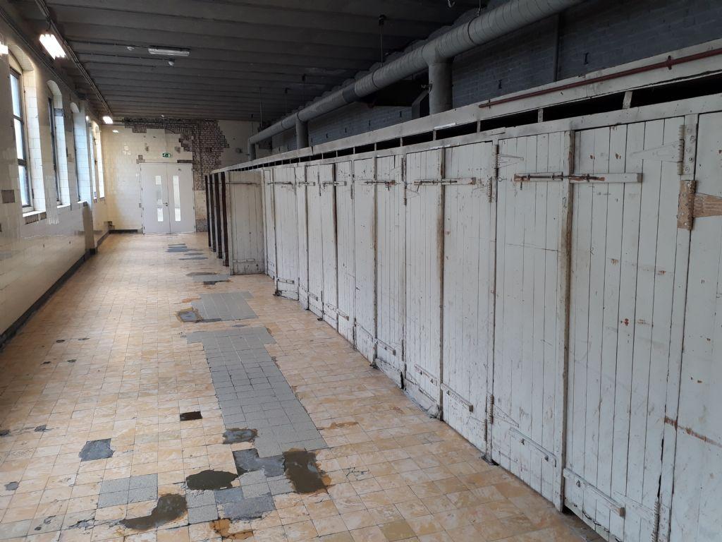 Intrigué(e) par cet alignement de portes ? Il s'agit d'armoires de séchage pour les ouvrages en porcelaine produits vers 1900.