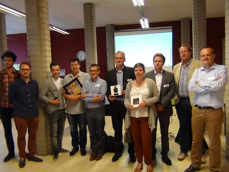 De winnaars en juryleden / organisatoren poseren na afloop van de wedstrijd.