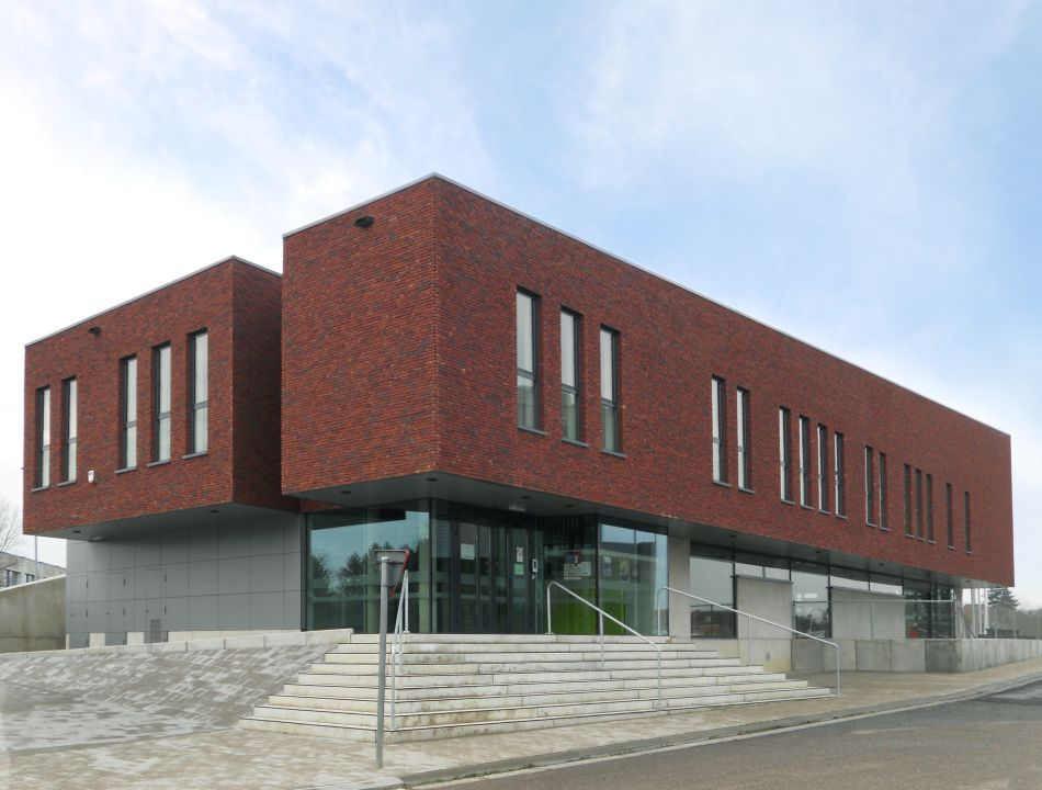 Gevelsteen zet massiviteit nieuwe academie Scherpenheuvel-Zichem in de verf