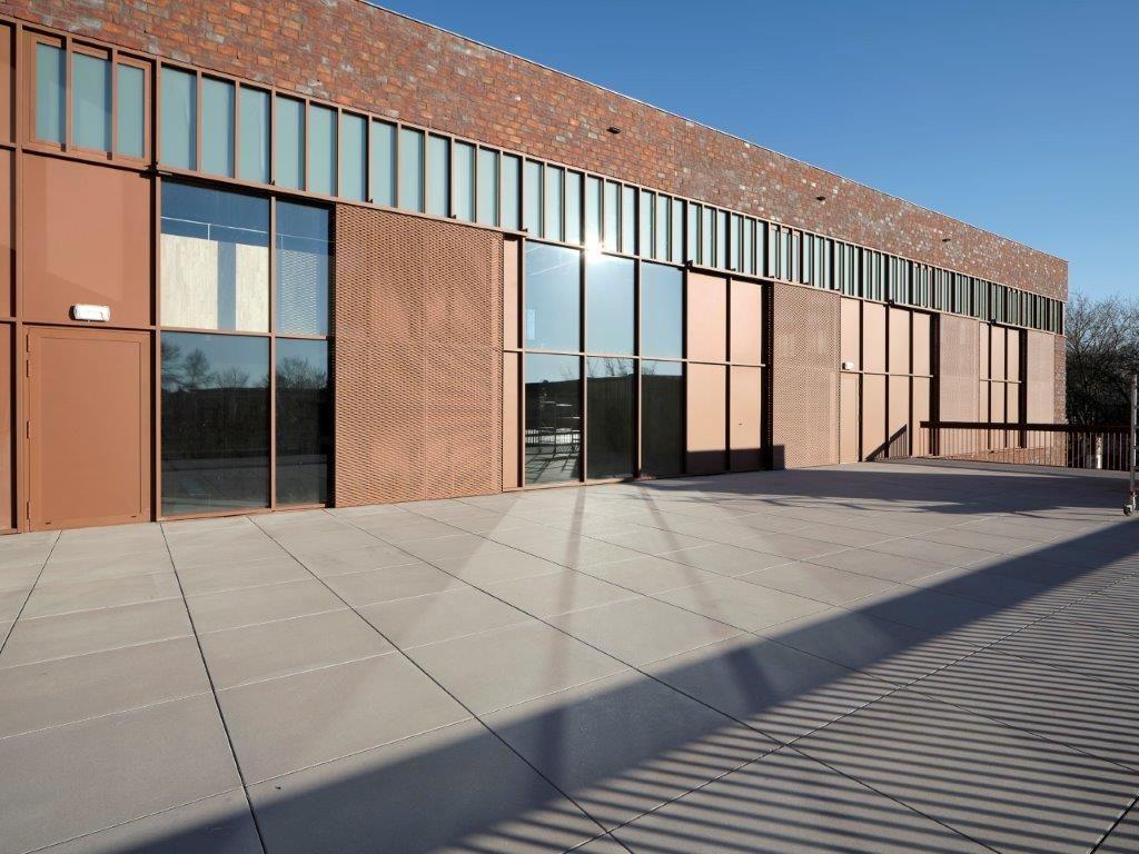 Het terras van de eerste verdieping is afgewerkt als een volwaardige dakparking om zware kunstobjecten en materialen te kunnen vervoeren. (Beeld: Sepp van Dun)