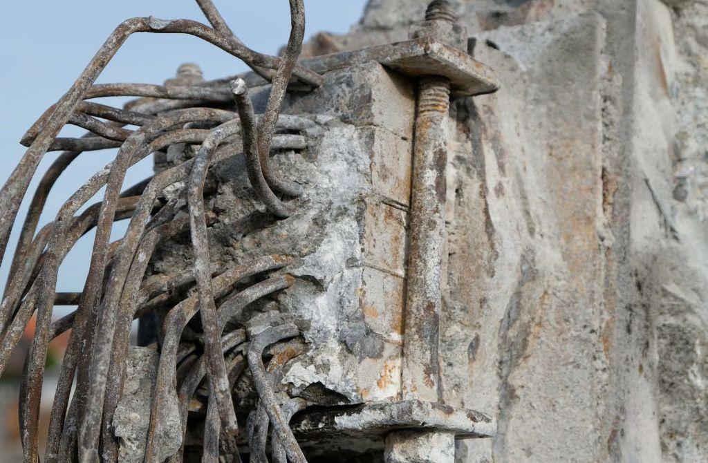 Vrijgemaakt eindanker van een kabel tijdens de afbraak.