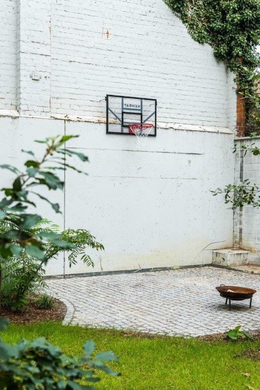 De bewoners kunnen ook terecht in de tuin, waar onder meer een basketbalplein is ingericht. (Beeld: Luc Roymans)