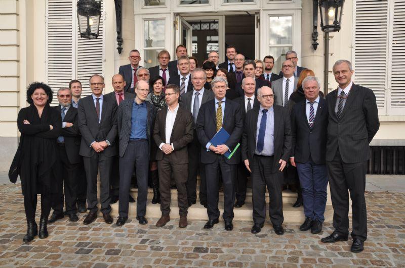 Minister van Energie Annemie Turtelboom met vertegenwoordigers van de 33 organisaties die het Renovatiepact ondertekenden.