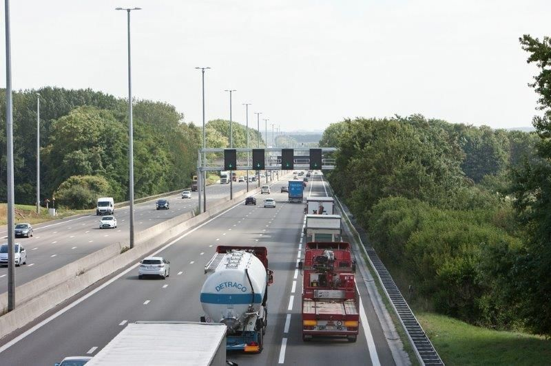 Vanaf 1 april moeten alle vrachtwagens die gebruikmaken van Belgische tolwegen een vergoeding betalen. Het verschuldigde bedrag wordt berekend in functie van het type weg, het gewicht van de vrachtwagen en de uitstoot. (Foto: AWV)