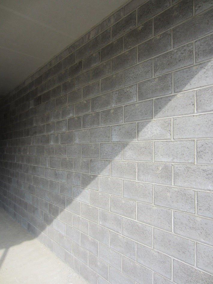 Een wand tussen 2 klaslokalen opgebouwd uit dikwandige akoestische betonblokken van Betonfabriek Coeck