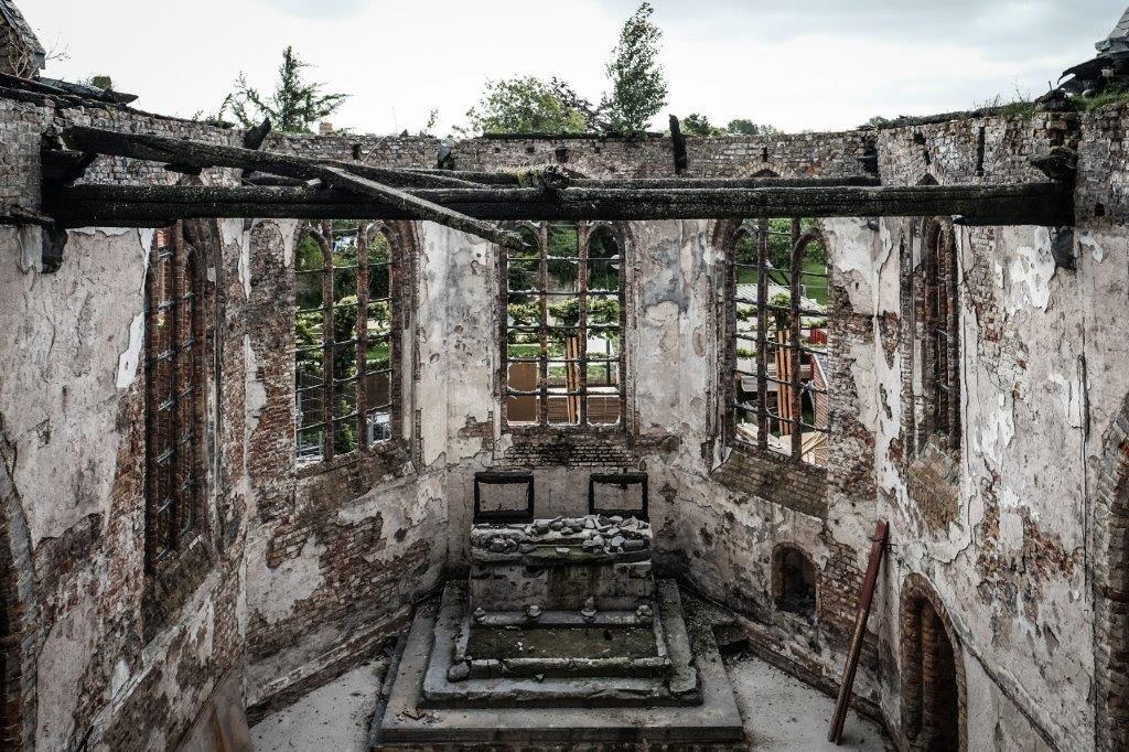 Het sacrale gedeelte in de afgebrande Sint-Niklaaskerk voor restauratie. (Beeld: Thibault Florin)