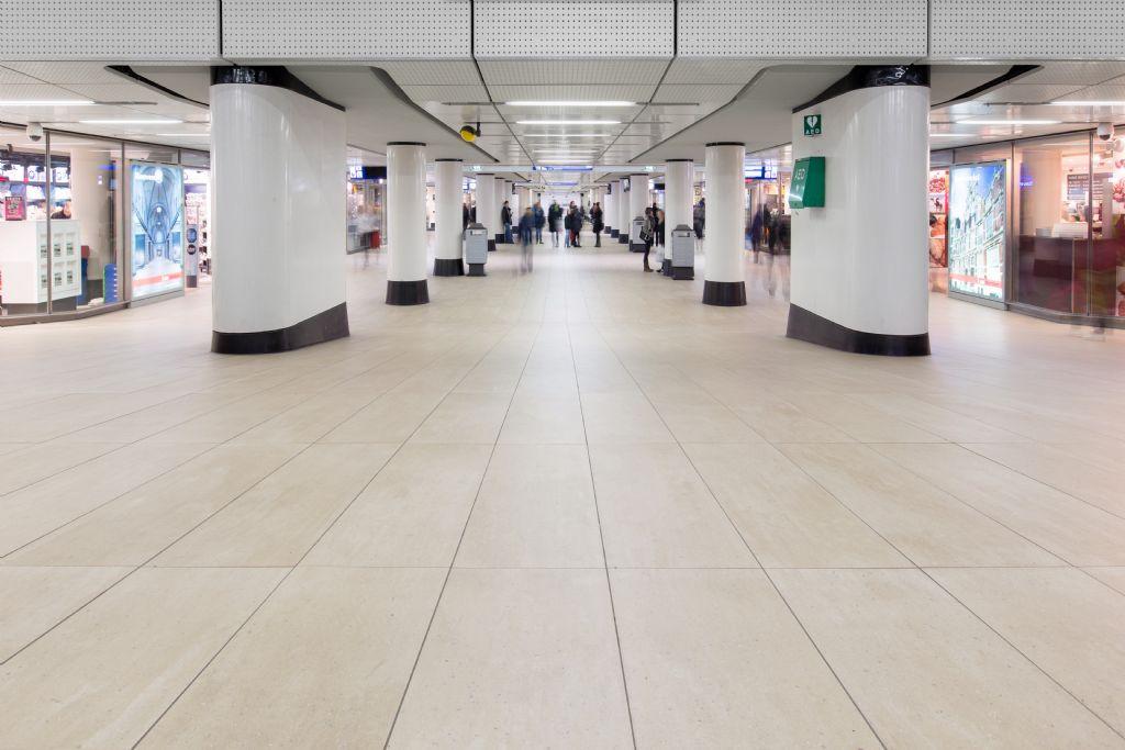 Tegelvloer sluit aan bij uitstraling en intensief gebruik Centraal station Amsterdam