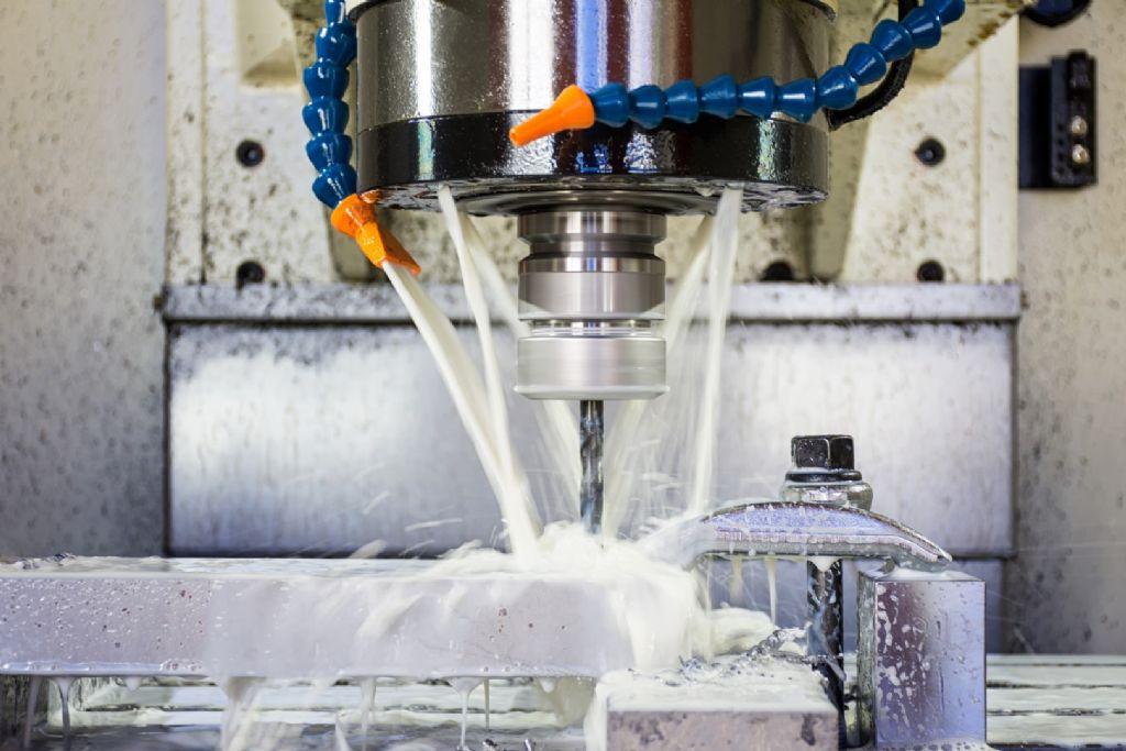 De nombreuses machines à travailler les métaux nécessitent l'utilisation d'huiles de refroidissement ou de coupe, ce qui crée du brouillard et/ou de la fumée pendant le processus de production.