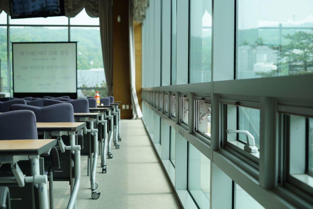 Enkel wie het dichtste bij het raam zit, ondervindt voordelen van natuurlijke ventilatie.