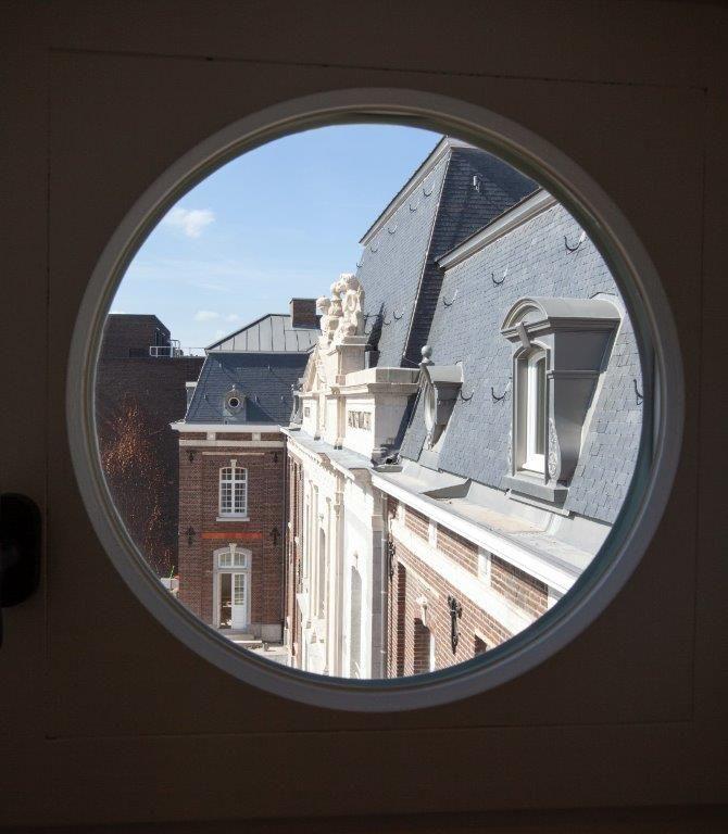 De voormalige rijkswachtkazerne werd via een grondige renovatie in zijn grandeur van weleer hersteld. (Beeld: UAU collectiv)