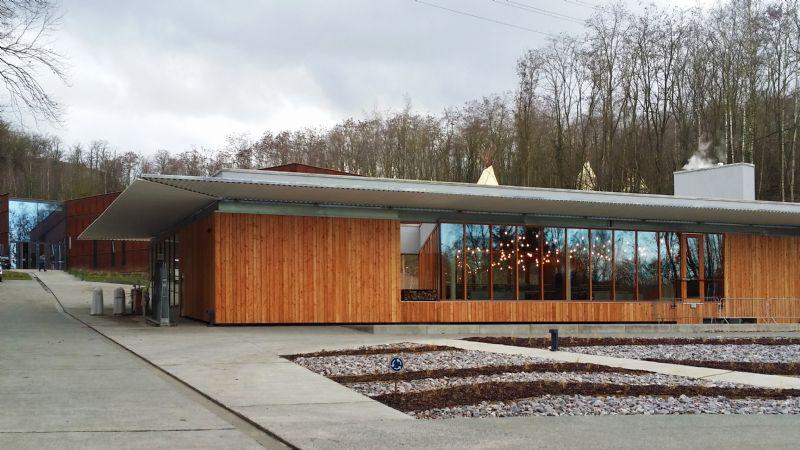 A l'entrée du site, un premier bâtiment appelé le Foyer accueille la boutique, la cafétéria et un archéorestaurant. Le bâtiment est immergé dans le paysage grâce à ses façades largement vitrées.