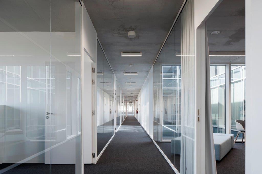 Wie zich in de centrale circulatiestroom bevindt, wandelt altijd naar het daglicht toe. (Beeld: Architecten Achtergael)