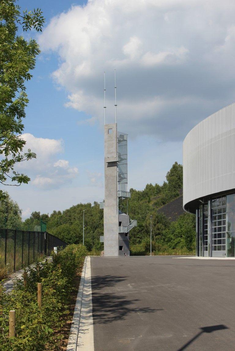 La tour d'exercices est entourée d'une zone hydrocarbonée orientée au nord permettant à des camions de tourner aisément autour de la tour et de simuler des incendies.