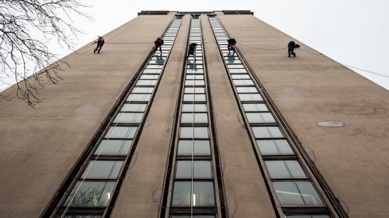 Door grondige carbonatatie moet de buitenste betonlaag van de gevels van de Boekentoren in Gent volledig vernieuwd worden.