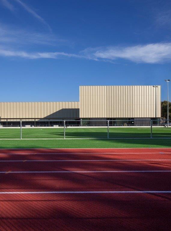 Achteraan de campus zijn ook nog een voetbalveld met kunstgras en een sprintpiste aangelegd.