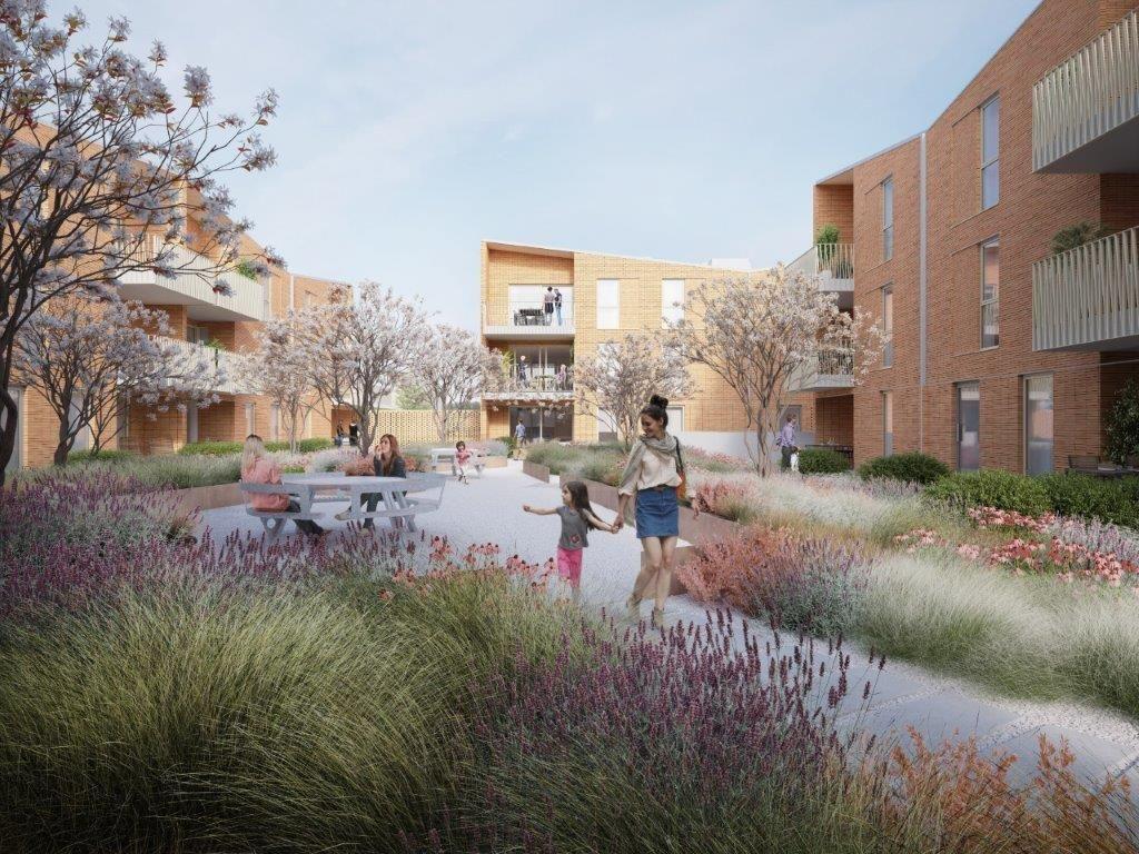 Intussen staan ook de vier nieuwe appartementsgebouwen op de zwembadsite in de steigers. (Beeld: Groep Van Roey)