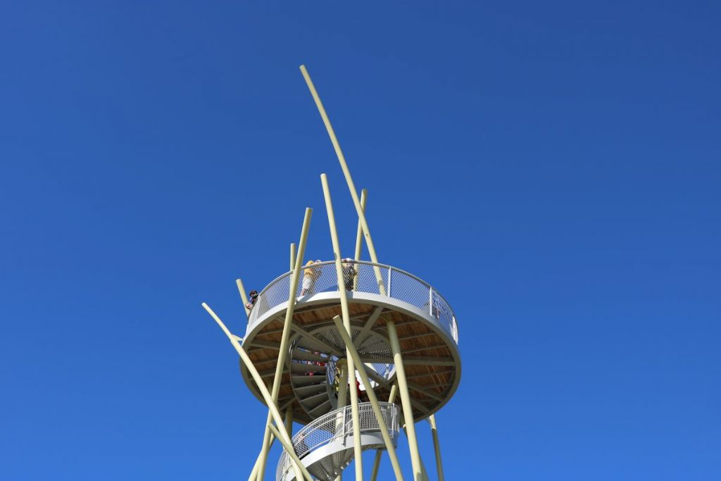 Tout en haut de la tour, on se sent comme la vigie au sommet du mât d'un bateau.