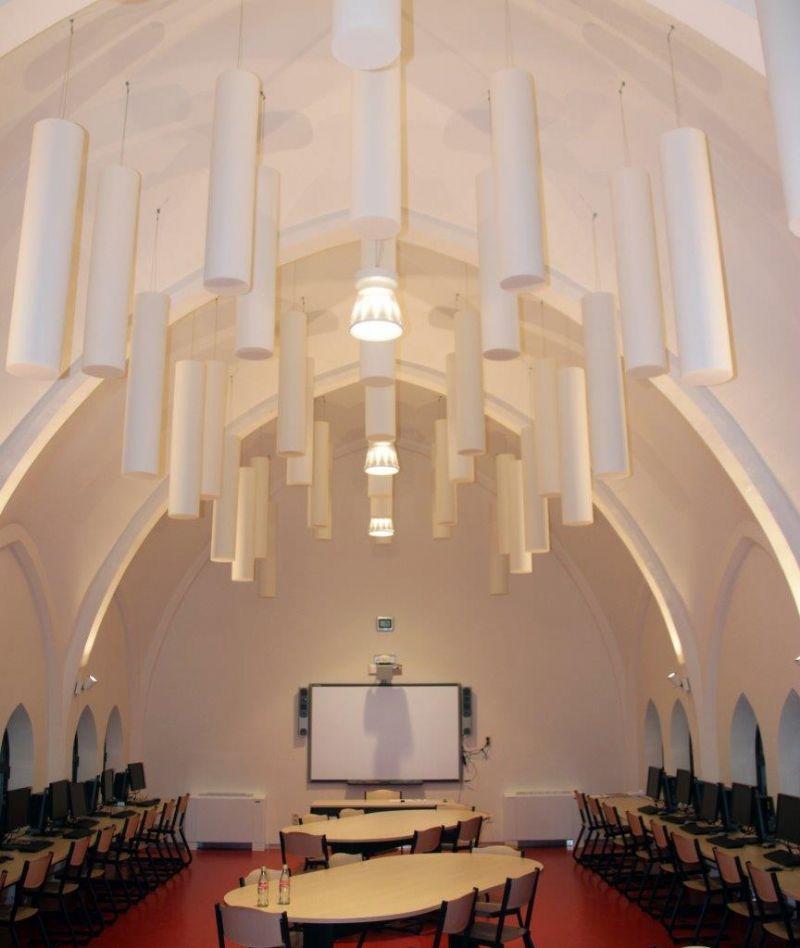 Kapel wordt computerlokaal: Absorber Rondo-S, met spiraaloog verticaal gemonteerd als plafondbaffel.