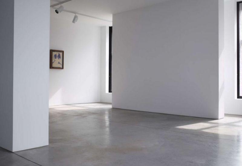 De strakke minimalistische inrichting staat in scherp contrast met de oorspronkelijke inrichting.