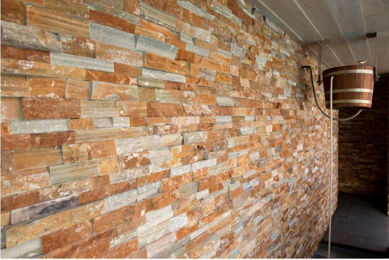 Beltralinea Stoneskin is een ruwe natuursteenstrip die zowel binnen als buiten gebruikt kan worden als wand- of gevelbekleding.