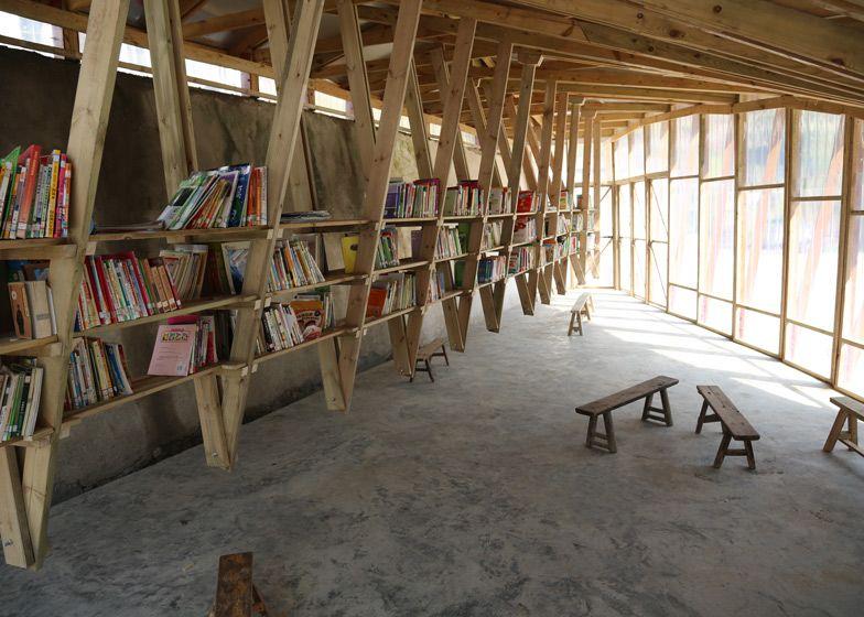 De boekenkasten zweven boven de grond en zijn verbonden met het dak.