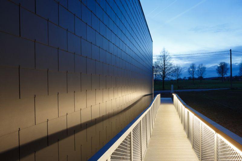 De buitenschil uit vezelcementleien benadrukt de soberheid van het gebouw.