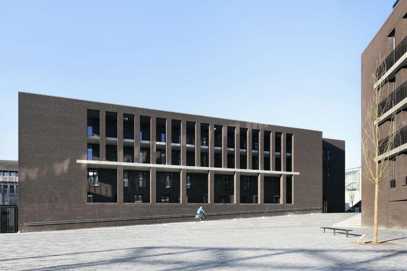 La façade en avant-plan dialogue avec l'espace public, tandis que l'espace domestique s'efface en arrière-plan.