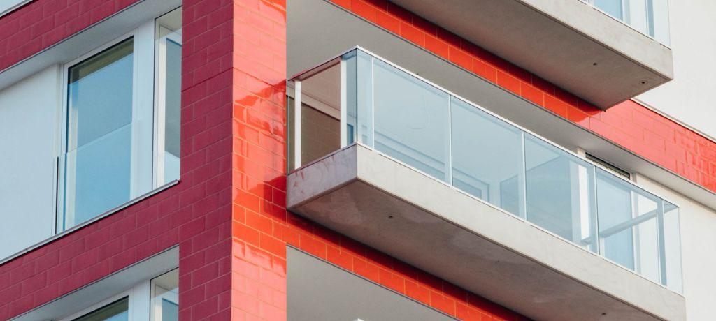 Een opvallend kenmerk van De Faar by Beel is de felrode gevelbekleding, die de omgeving letterlijk en figuurlijk kleur geeft.