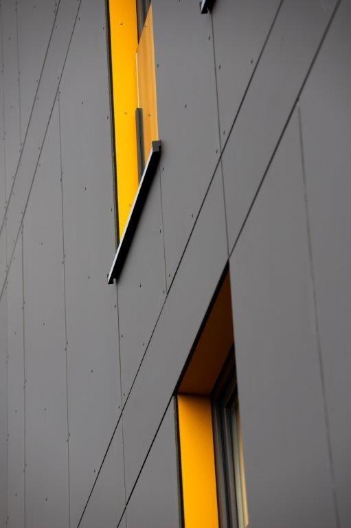 Er zijn verschillende plaatformaten gebruikt, en de panelen zijn zowel verlijmd als mechanisch bevestigd. (Foto: EQUITONE)