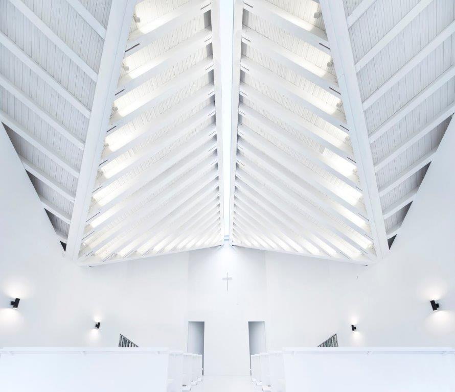 Een schaarse hoeveelheid natuurlijk licht priemt door een 300 mm brede strook in de dakstructuur. In de dakranden, waar alle assen samenkomen, zijn spots geïntegreerd die de hoogte- en dieptewerking benadrukken. (Foto: Yao Li)