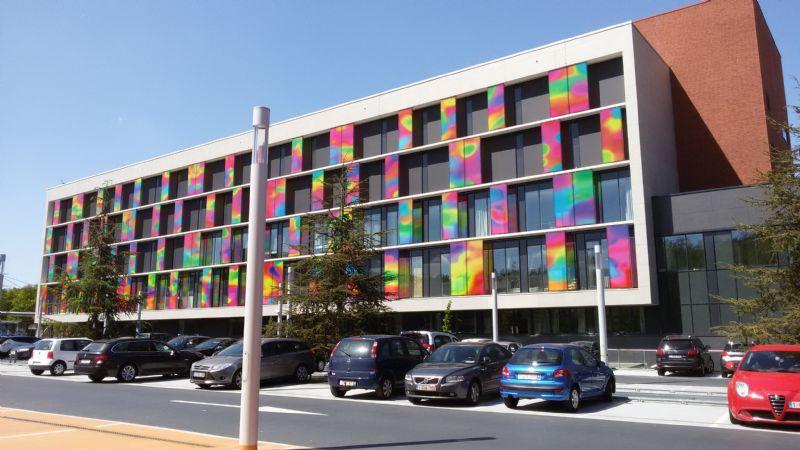 K-blok valt op door veelkleurig kunstwerk