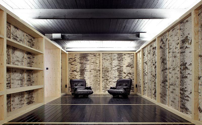 Muren bekleed met berkenschors vullen de ruimte.