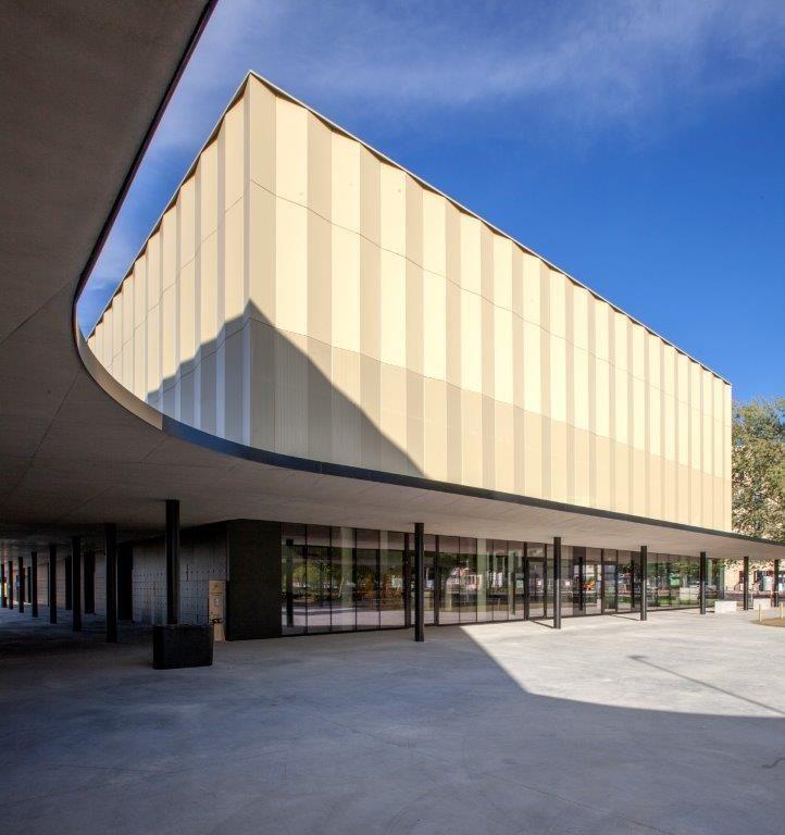 Met zijn elegante ronde vorm creëert de luifel een halfoverdekte rondgang, die de leesbaarheid van de site bevordert.