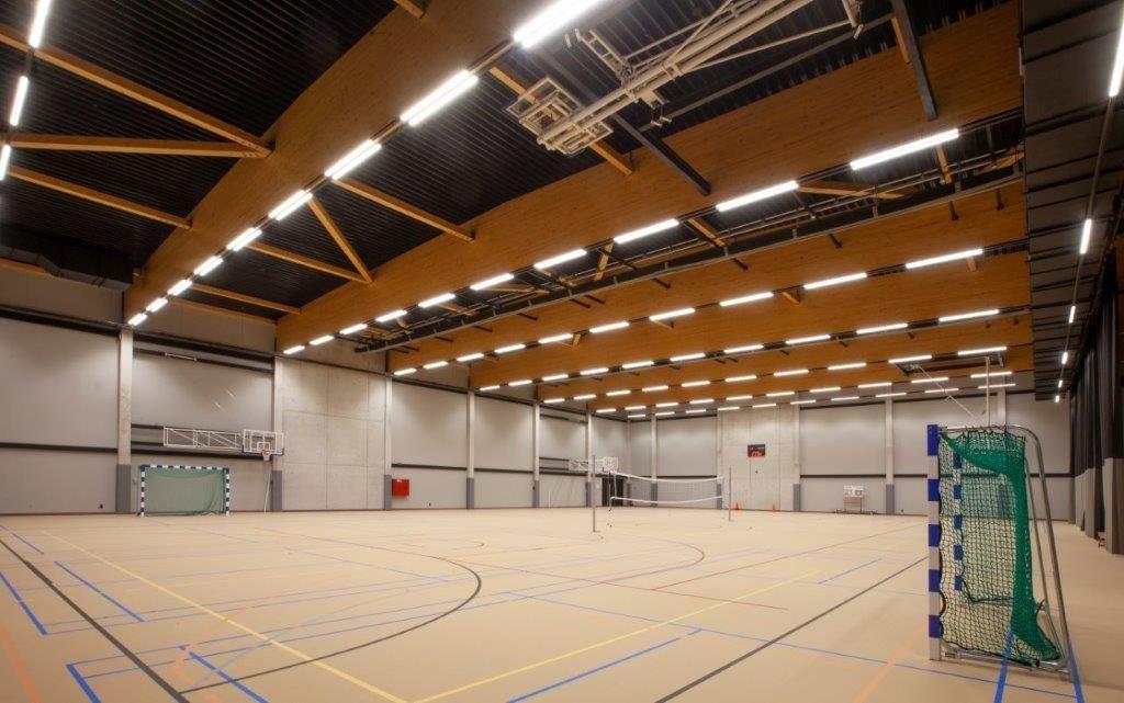 De grote multifunctionele sporthal is uitgerust met een kwalitatieve houten vloer.