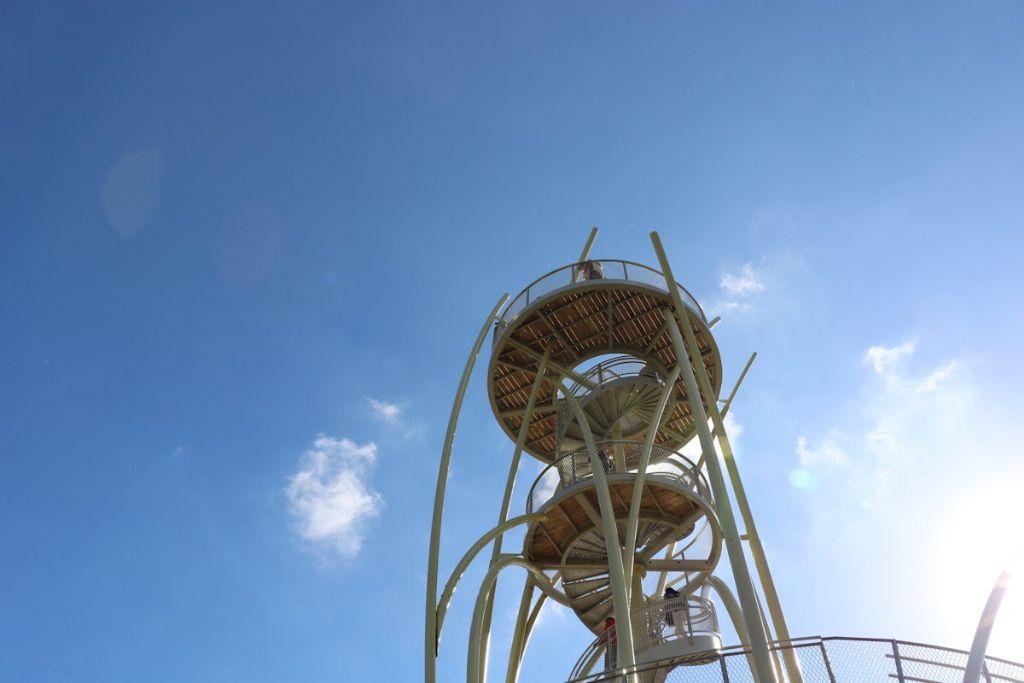 Het panoramaplatform op 20 meter hoogte biedt een ongehinderd zicht op het beschermde duinengebied, het strand en hinterland.