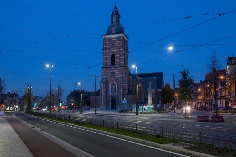 Om de Bredabaan zowel overdag als 's nachts een gezellige, veilige en attractieve uitstraling te geven, werd er een nieuw verlichtingsconcept uitgewerkt dat perfect past binnen de omgeving. (Foto: Marc Detiffe)