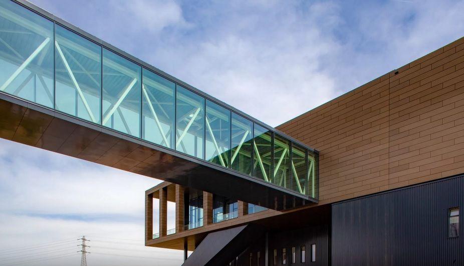 Een glazen passerelle verbindt leer- en innovatiecentrum RADar met het ziekenhuis.