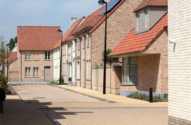 Wat men onder harmonie verstaat kan men aantreffen in de Matexi verkaveling in Knokke. Rustieke huisjes geordend rond een schrale publieke ruimte, een troosteloze lege vlakte.